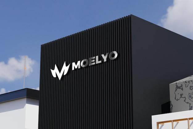 Maquete do logotipo na placa preta do prédio de escritórios da loja