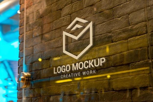 Maquete do logotipo na porta de vidro na entrada da loja
