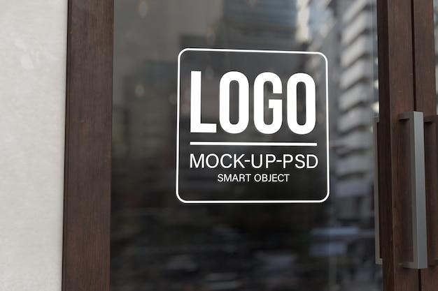 Maquete do logotipo na porta de vidro