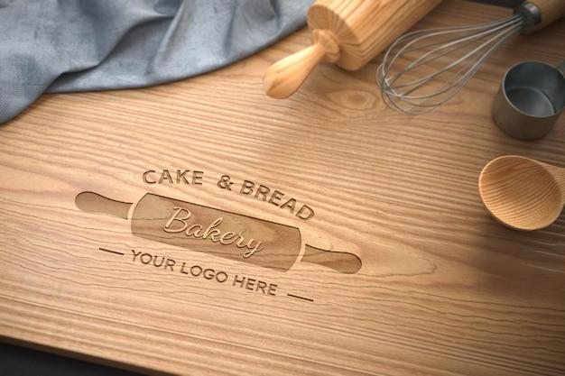 Maquete do logotipo na tábua de madeira