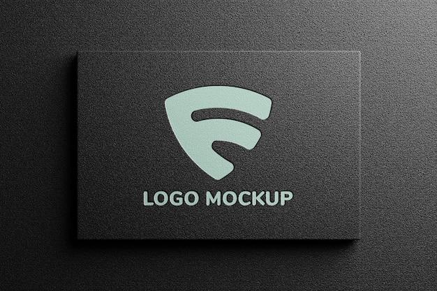 Maquete do logotipo no cartão de visita preto