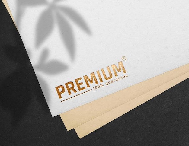 Maquete do logotipo ouro premium em papel branco