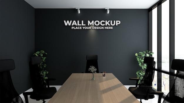 Maquete do logotipo prateado do escritório em um espaço de trabalho interno simples e clássico