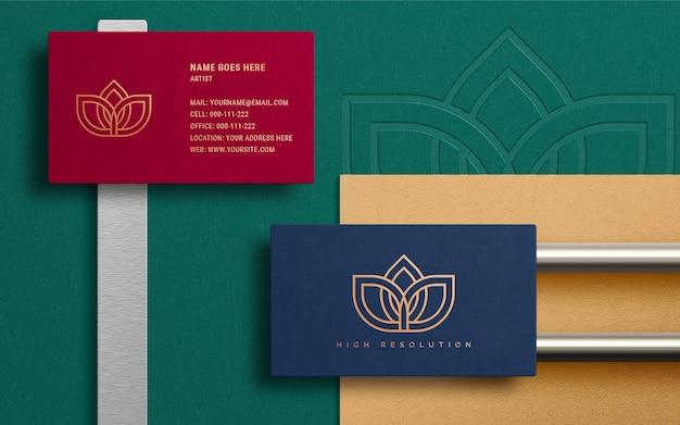 Maquete do logotipo reaslistic no cartão de visita