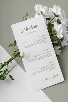 Maquete do menu de primavera com flores em ângulo alto