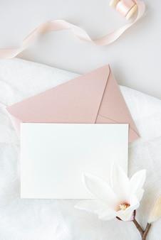 Maquete do modelo de cartão branco em branco