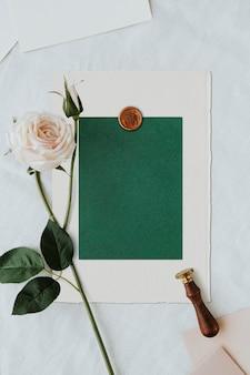 Maquete do modelo de cartão verde em branco