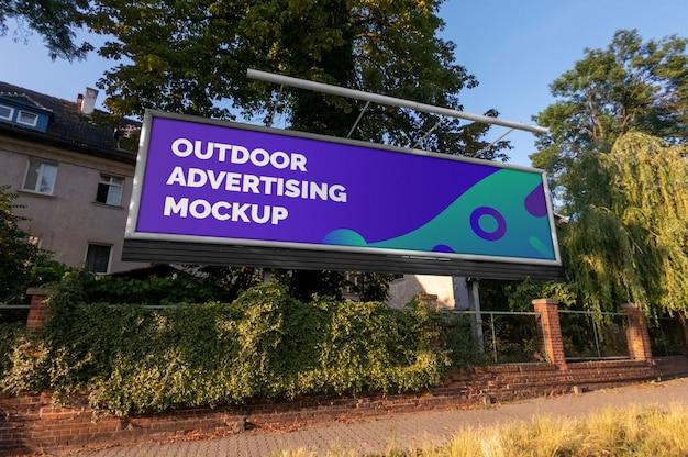 Maquete do outdoor horizontal de publicidade ao ar livre de cidade rua em armação de metal