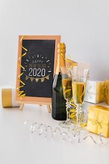 Maquete do quadro-negro com copos de champanhe