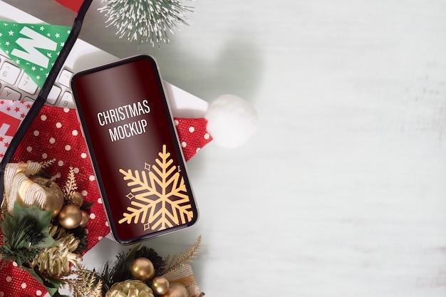 Maquete do smartphone na mesa do escritório em casa para o natal e ano novo