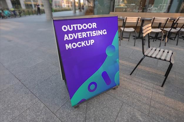 Maquete do stand de publicidade vertical ao ar livre no pavimento de rua café da cidade