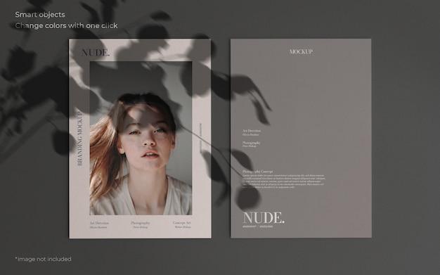 Maquete elegante com duas brochuras e sombra botânica