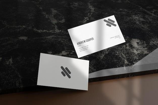 Maquete elegante de cartão de visita preto e prata