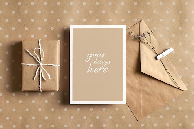 Maquete estacionária de cartão comemorativo com envelope e caixa de presente