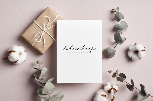 Maquete estacionária de convite ou cartão com caixa de presente