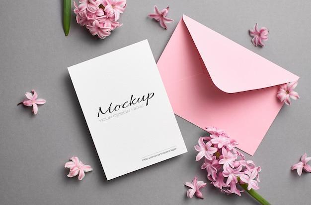 Maquete estacionária de convite ou cartão de felicitações com envelope