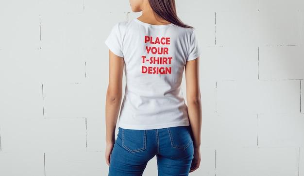 Maquete feminina de camiseta branca com vista traseira