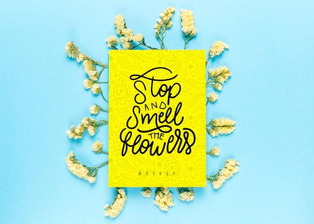 Maquete floral com mensagem inspiradora