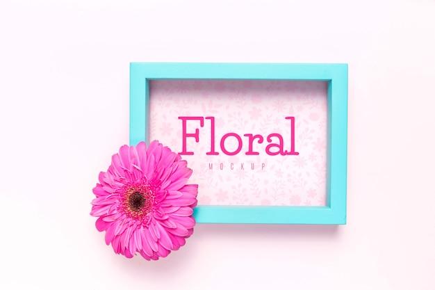 Maquete floral com moldura azul