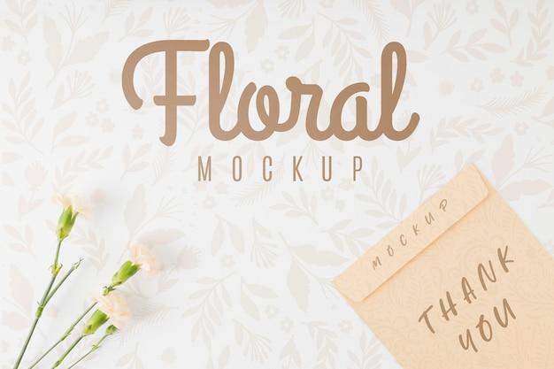 Maquete floral de vista superior com texto de agradecimento