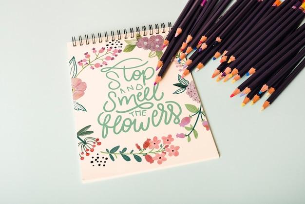 Maquete lindo bloco de notas com lápis