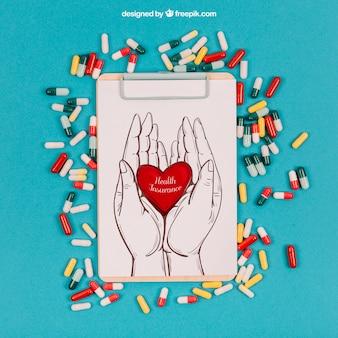 Maquete médica com prancheta e pílulas