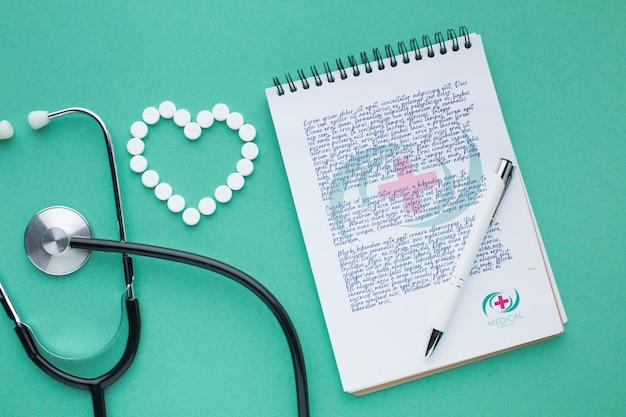 Maquete médica de bloco de notas e estetoscópio