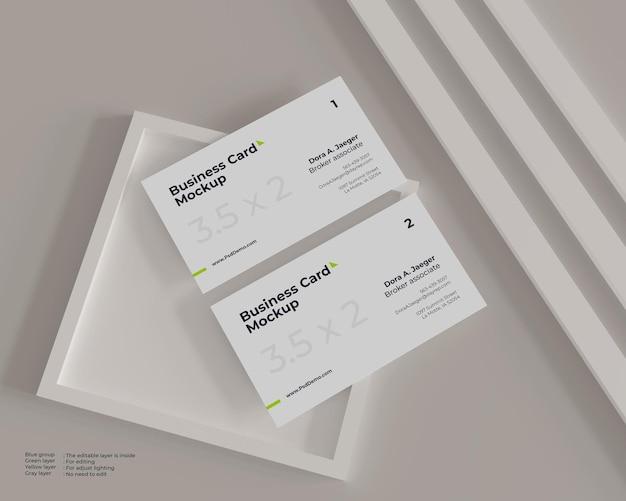 Maquete minimalista de dois cartões de visita