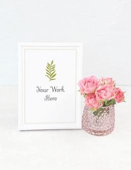 Maquete moldura branca com buquê de rosas