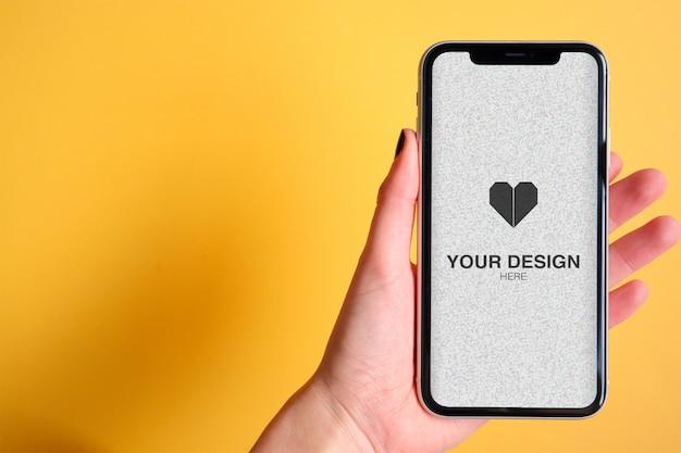 Maquete para aplicativo ou site na mão, escolhendo um telefone