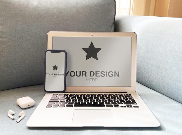 Maquete para laptop e telefone no sofá azul