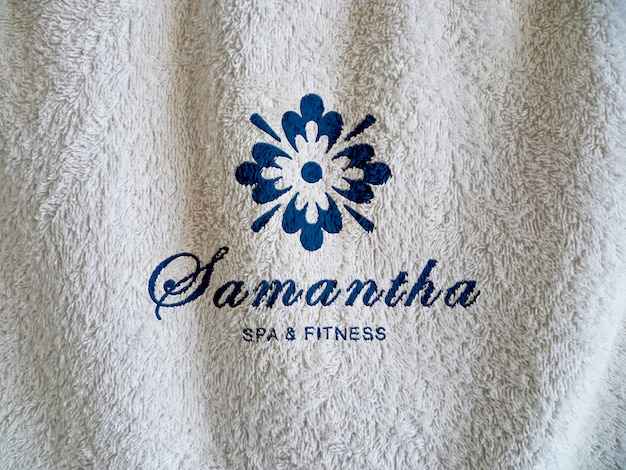 Maquete para o logotipo de spa na textura de toalha