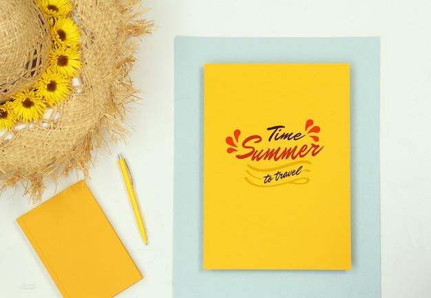 Maquete plana de verão leigos com notas e chapéu de palha