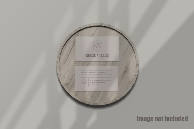 Maquete psd de cartão de visita em placa de madeira em estilo plano leigo