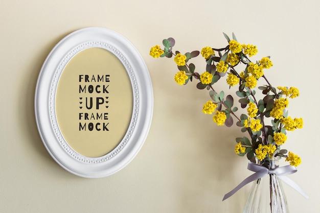 Maquete psd editável com moldura redonda oval branca e flores amarelas de verão em um vaso de vidro