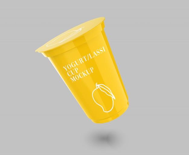 Maquete realista de copo de iogurte voador