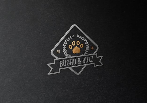 Maquete realista de logotipo em relevo em ouro e prata