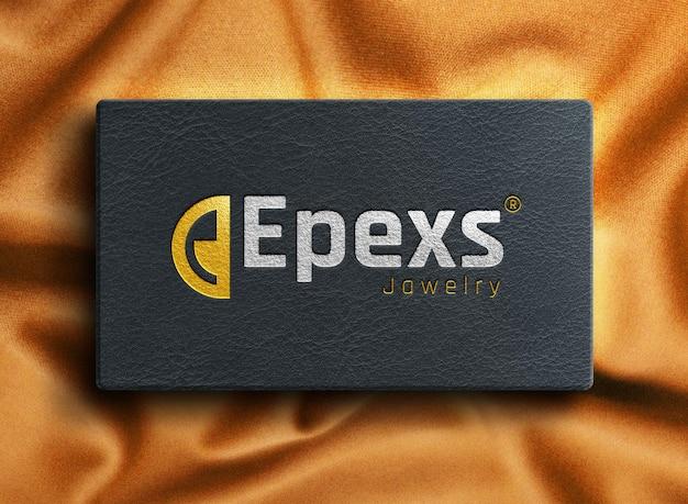 Maquete realista de logotipo prateado e dourado na caixa