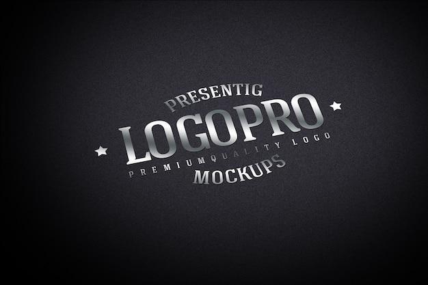 Maquete realista do logotipo na parede escura