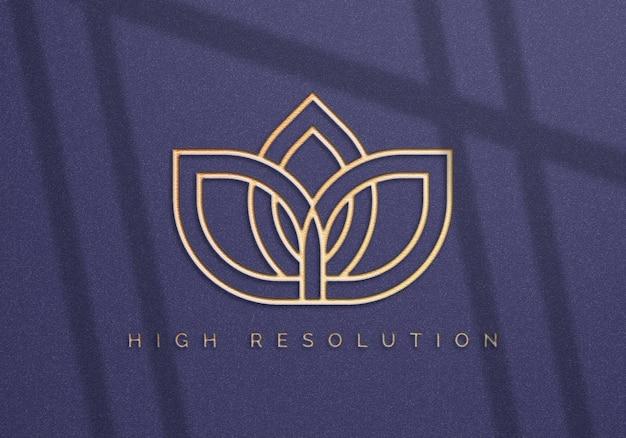 Maquete realista do logotipo no design da parede azul