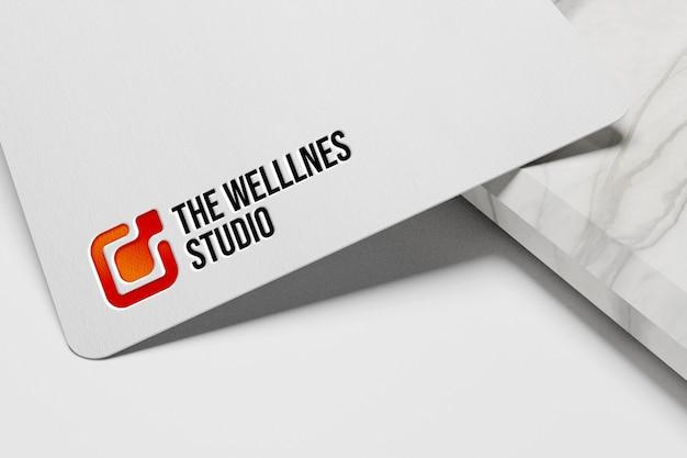Maquete simples do logotipo em relevo em papel branco