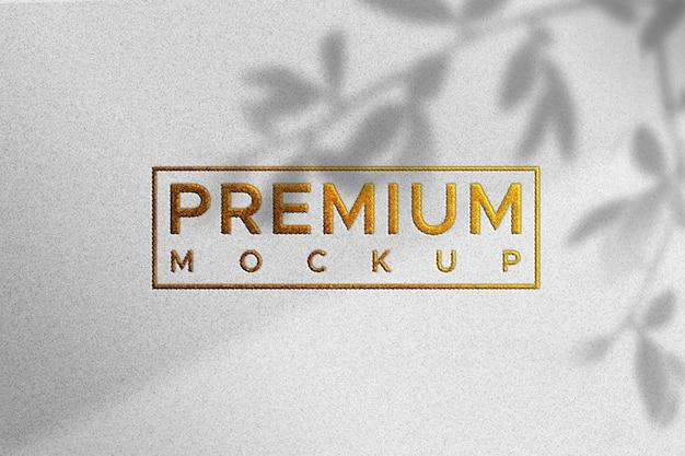 Maquete simples logotipo na textura de papel branco - cor dourada