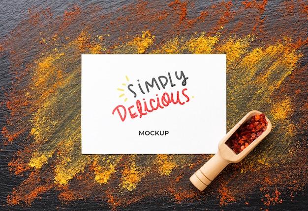 Maquete simplesmente delicioso com especiarias vermelhas e douradas