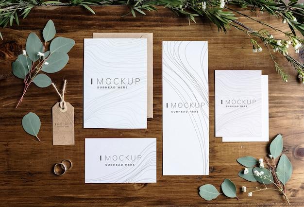 Maquetes de design de negócios estacionárias em uma mesa de madeira