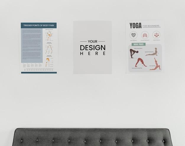 Maquetes de design de pôster em uma parede branca