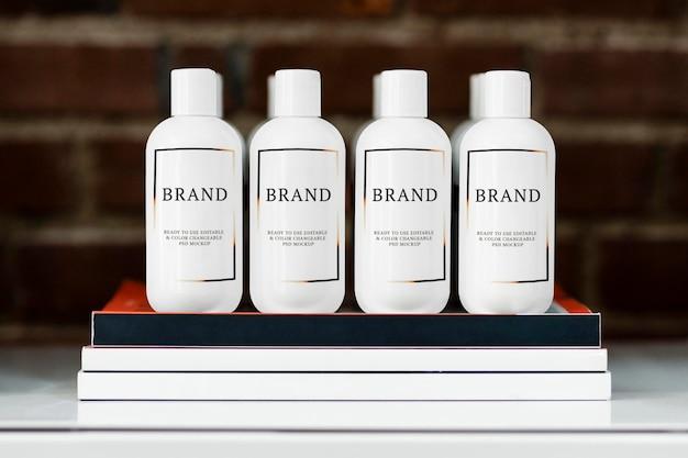 Maquetes de garrafa, maquete de cabelo e produtos de beleza na prateleira