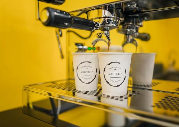 Maquetes de xícara de café em máquina de café expresso