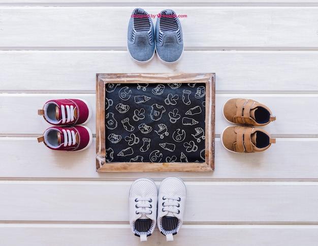 Maquiagem do bebê com quatro pares de sapatos