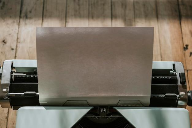 Máquina de escrever retro hortelã com uma maquete de papel em branco