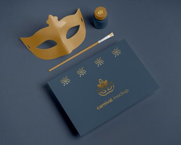 Máscara de convite de carnaval e pincel de alto ângulo